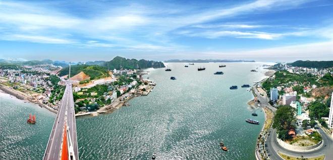 Thành phố Hạ Long, Quảng Ninh. Hạ Long còn được mệnh danh là thành phố du lịch, trung tâm du lịch lớn của Việt Nam. Thành phố nằm ở trung tâm tỉnh Quảng Ninh, với chiều dài bờ biển dài gần 50 km. Ngoài ra còn phải kể đến Quan Lạn, bãi tắm rất đẹp và hoang sơ đang ngày một thu hút hơn với du khách. Ảnh: Baoquangninh.