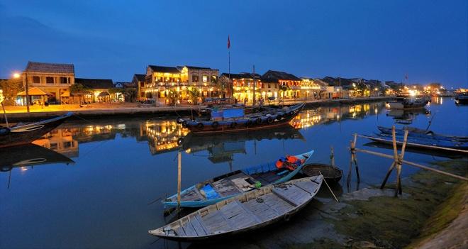 Phố cổ Hội An. Phố cổ Hội An là thành phố thuộc tỉnh Quảng Nam đã được UNESCO công nhận là di sản văn hóa thế giới. Hội An khi xưa từng là một bến cảnh sầm uất, nơi gặp gỡ của những thuyền buôn Nhật Bản, Trung Quốc và phương Tây trong suốt thế kỷ 17, 18. Đến với Hội An ngoài tham quan các phố cổ thì những bãi biển tại đây cũng là một trong những lý do du khách yêu mến nơi này. Ảnh: Bloganhdep.
