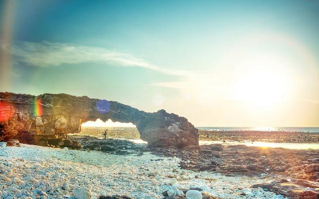 Nổi tiếng tại đây là đảo Lý Sơn, huyện đảo thu hút du khách bởi những bãi biển đẹp và nhiều địa danh lịch sử. Ngoài ra đến với Quảng Ngãi, bạn có thể thưởng thức cảnh biển đẹp ở bãi biển Khe Hai hoang sơ. Ảnh: Tourdulich.