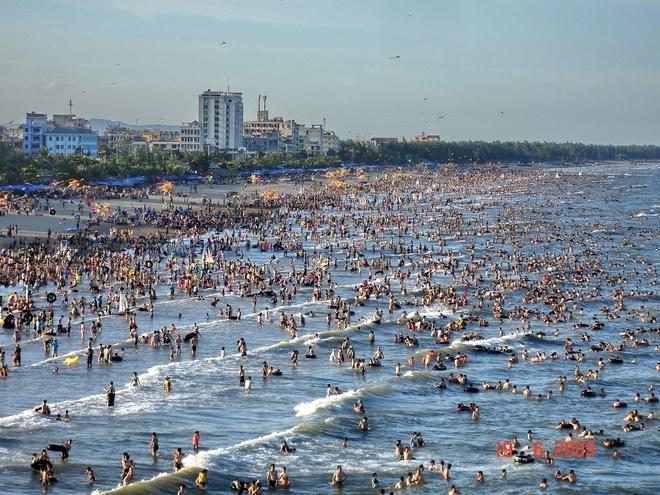Thành phố Thanh Hóa. Là một thành phố phát triển với đường bờ biển dài hơn 100 km, Thanh Hóa là một trong ba trung tâm của khu vực Bắc Trung Bộ (cùng với Tp. Vinh và Tp. Huế). Thanh Hóa ngoài tài nguyên di sản văn hóa đa dạng, còn có rất nhiều bãi biển đẹp phục vụ du khách tham quan nghỉ mát vào dịp hè. Điển hình nhất là Sầm Sơn, một trong những bãi biển được khai thác đầu tiên của các tỉnh phía Bắc. Ngoài ra tại đây còn có bãi biển Hải Hòa, Hải Thanh (Tĩnh Gia), hay bãi tắm Hải Tiến, một bãi biển sạch sẽ hoang sơ chỉ mới được đưa vào phục vụ du khách trong vài năm gần đây. Ảnh: Dulichsamson..