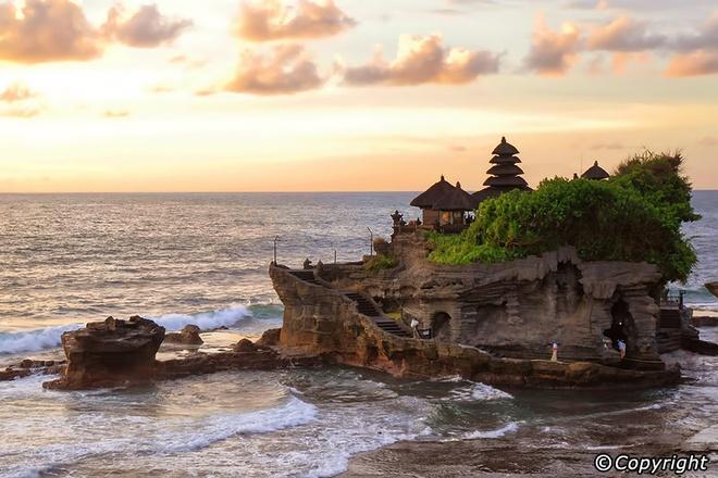 5 ngoi den an tuong can kham pha trong chuyen du lich Bali hinh anh 2 Ngôi đền nằm cách thành phố Tabanan 13km về phía Tây Nam và là một trong những ngôi đền chính trong chuỗi các ngôi đền thờ phụng các vị thần Bali. Nhờ vẻ đẹp độc đáo và sự linh thiêng mà ngôi đền Tanah Lot đã thu hút một lượng lớn khách du lịch viếng thăm mỗi năm.