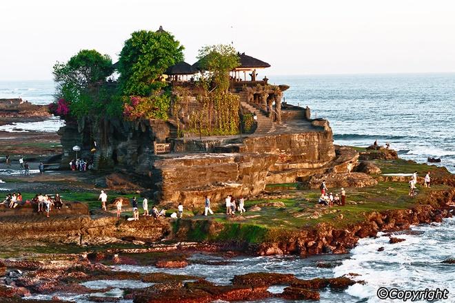 5 ngoi den an tuong can kham pha trong chuyen du lich Bali hinh anh 1 1. Ngôi đền Tanah Lot  Được xây dựng trên đỉnh của một hòn đá khổng lồ bao quanh bởi biển, ngôi đền Tanah Lot là một trong những biểu tượng văn hóa và điểm du lịch nổi tiếng của Bali.