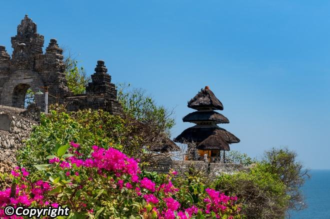 5 ngoi den an tuong can kham pha trong chuyen du lich Bali hinh anh 4 2. Ngôi đền Uluwatu  Nằm cách thị trấn trung tâm Kuta chừng 50km, đền Uluwatu là một trong những ngôi đền cổ xưa nhất ở Bali, nằm tọa lạc trên vách núi gồ ghề ven biển. Ngôi đền được chạm khắc từ đá san hô đen, nằm trên mỏm của vách đá cao 76 m, nhìn ra biển Java. Đây là một nơi hùng vĩ rất thích hợp để ngắm mặt trời lặn trên biển.