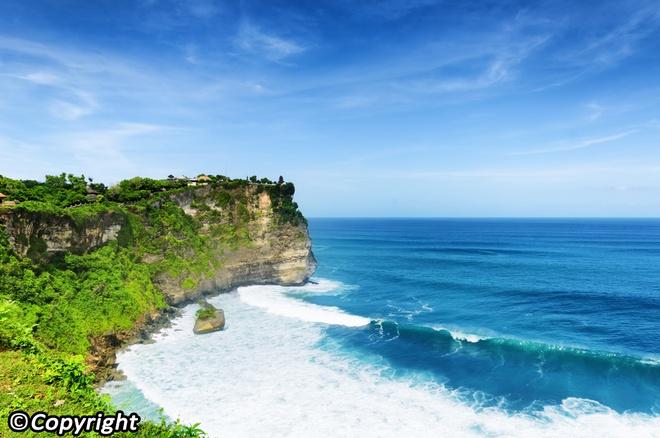 5 ngoi den an tuong can kham pha trong chuyen du lich Bali hinh anh 5 Uluwatu là một trong những ngôi đền cổ xưa nhất ở Bali, ngôi đền tọa lạc trên một vách núi gồ ghề ven biển.