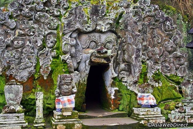 5 ngoi den an tuong can kham pha trong chuyen du lich Bali hinh anh 7 3. Đền Goa Gajah  Khu di tích Goa Gajah toạ lạc tại làng Pedulu là một tập hợp những công trình kiến trúc cổ kính, được xây dựng bên một thung lũng dốc gần sông Petanu, nơi đây còn được biết đến với tên gọi là Hang Voi.