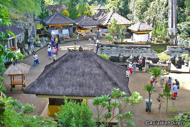 5 ngoi den an tuong can kham pha trong chuyen du lich Bali hinh anh 8 Đây là khu vực rất yên tĩnh, thanh bình nên là nơi tuyệt vời để các nhà tu hành thời xưa thiền tịnh. Ngay từ lối ra vào Goa Gajah, du khách sẽ thực sự bị ấn tượng bởi hình ảnh cái miệng rộng của một vị thần huyền thoại cùng với nhiều họa tiết chạm khắc tinh xảo nằm rải rác trên đá phủ đầy rêu xanh. Người dân nơi đây tin rằng, nét hung tợn của vị thần trước cửa động sẽ xua đuổi ma quỷ và bảo vệ các tín đồ tu hành.