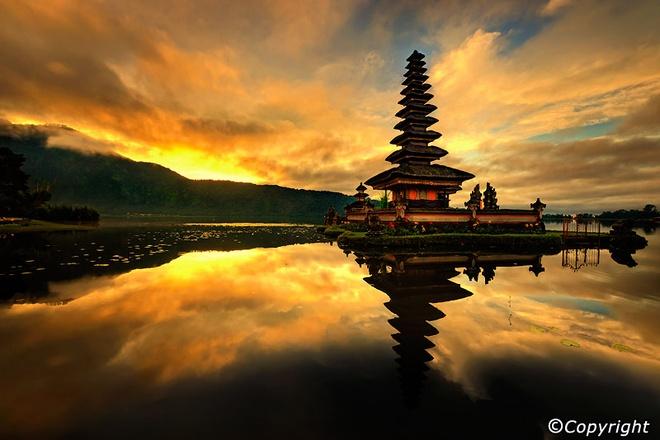 5 ngoi den an tuong can kham pha trong chuyen du lich Bali hinh anh 10 4. Đền Ulun Danu. Đền nước Ulun Danu nổi bồng bềnh trên mặt hồ thiêng Bratan vốn là miệng của núi lửa Catur đã ngừng hoạt động. Nằm ở độ cao 1.300m so với mực nước biển, đền Ulun Danu mang không khí se lạnh của vùng núi với những loài cây hoa ôn đới đặc trưng. Trong làn sương mờ giăng phủ mặt hồ, màu đen sậm của ngôi đền càng toát lên vẻ đẹp thanh thoát, hệt như một bức tranh thủy mặc.