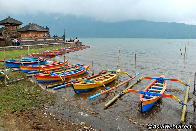 5 ngoi den an tuong can kham pha trong chuyen du lich Bali hinh anh 12 Du khách có thể thuê một chiếc thuyền nhỏ để khám phá các khu vực xung quanh đền.