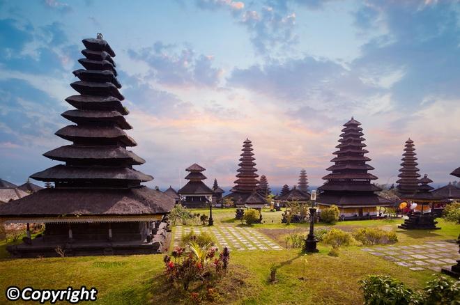 5 ngoi den an tuong can kham pha trong chuyen du lich Bali hinh anh 13 5. Đền Besakih  Đền Besakih còn được biết với tên gọi là Đền thờ Mẹ, vì đây là ngôi đền lớn nhất tại đảo được xây dựng từ hơn 1.000 năm trước, trên ngọn núi thiêng Gunung Agung.