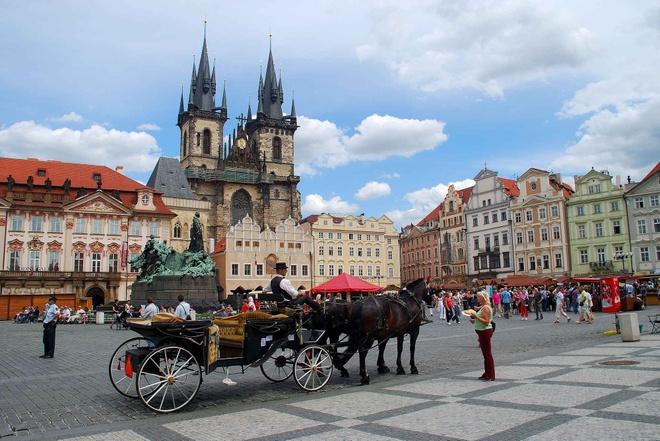 10 diem den chau Au gia re cho du lich he hinh anh 5 5. Prague, Cộng hòa Séc  Chi phí rẻ hơn so với năm 2014 là 11%   Giá khách sạn trung bình: <abbr class=