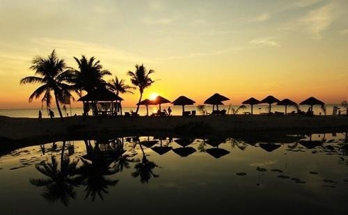 Nam dao Phu Quoc - vien ngoc trai lap lanh nang he hinh anh 1 Nam đảo – Phú Quốc chính là phần phía nam của đảo Phú Quốc hay còn được mệnh danh là Đảo Ngọc. Phú Quốc là hòn đảo lớn nhất của Việt Nam, cũng là đảo lớn nhất trong quần thể 22 đảo tại đây. Phú Quốc nằm trong vịnh Thái Lan. Đảo Phú Quốc cùng với các đảo khác tạo thành huyện đảo Phú Quốc trực thuộc tỉnh Kiên Giang ngày nay. Du lịch đảo Nam đảo – Phú Quốc trong ngày hè này sẽ là lựa chọn thích hợp cho những ai ưa thích hoạt động biển.