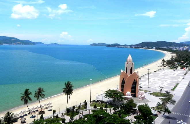 Bãi biển Nha Trang nằm trong vịnh Nha Trang là bãi biển đẹp nhất, thu hút du khách nhất của Việt Nam, và cũng là một trong những bãi biển đẹp nhất thế giới. Du khách tới đây có thể chiêm ngưỡng được bãi cát trắng dài bất tận với làn nước trong xanh, cùng với những quần đảo bao quanh làm cảnh quan nơi đây thêm sống động. Ngoài ra du khách tới đây còn có thể khám phá vẻ đẹp bất tận của rất nhiều bãi biển nổi tiếng như biển Đại Lãnh, bãi biển Sơn Đừng, bãi biển Dốc Lết, Bãi Trũ, Hòn Tằm, Bãi Dài (Vân Phong), Hòn Chồng… Ảnh: