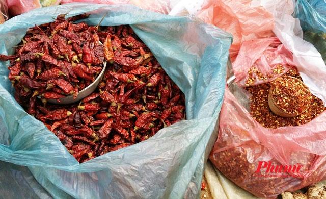 Tiếp tục đi sâu vào trong chợ bạn sẽ khám phá được những nét thú vị của một phiên chợ vùng cao, với những món ăn tuyệt ngon và những sản vật địa phương như mật ong, rau dớn, ớt..