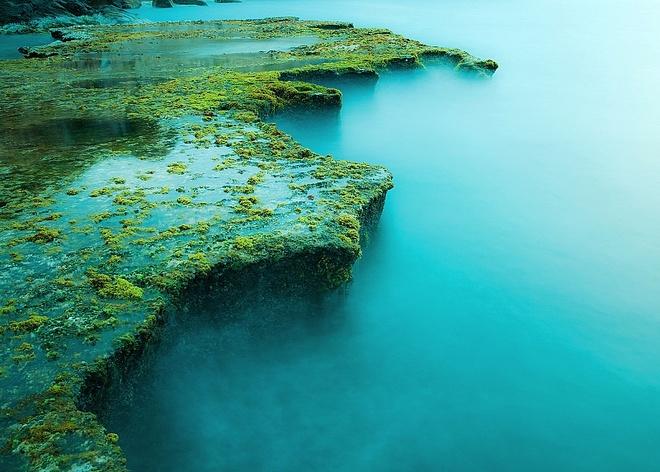 Nhắc đến biển Ninh Chữ một trong những bãi biển đẹp nhất của Việt Nam, địa điểm du lịch quan trọng trong cụm du lịch Đà Lạt - Nha Trang – Ninh Chữ. Bãi biển với bờ cát trắng hình cung dài miên man, nước trong, núi đồi hùng vĩ … rất thích hợp cho bạn nghỉ dưỡng, lướt ván, câu cá, săn bắn, du ngoạn. Đi dọc theo bờ biển lên hướng Bắc là vịnh Vĩnh Hy, với vẻ đẹp được ví như tranh thủy mặc. Tuy nhiên nếu du khách tới khám phá Hang Rái ngay gần vịnh Vĩnh Hy, bạn sẽ không thể tin nổi đây là cảnh thiên nhiên của Việt Nam. Vẻ đẹp của Hang Rái như trong các câu chuyện cổ tích, một bức tranh kì vĩ của thiên nhiên, với núi biển tuyệt đẹp và rặng san hô dài cả km. Ảnh: