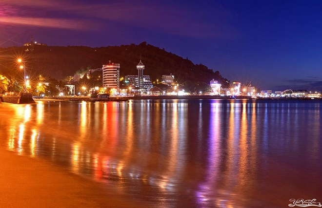 Tuy nhiên nếu du khách muốn nghỉ ngơi thư giãn yên tĩnh, tránh xa những trung tâm du lịch ồn ào, thì ở Vũng Tàu vẫn còn nhiều lựa chọn cho bạn. Những bãi biển đẹp mà hoang sơ, yên tĩnh ở Vũng Tàu còn rất nhiều như biển Vọng Nguyệt, biển Chí Linh, Bãi Rứa, Bãi Thủy Tiên, Bãi Chí Linh, biển Suối Ồ… Ngoài ra còn có biển Hồ Cốc nổi tiếng với bãi biển rộng là rất nhiều đá to nhỏ nằm rải rác hoặc thành từng cụm, hay Hồ Tràm với bãi tắm sạch sẽ và những khu resort sang trọng sẽ làm hài lòng du khách tham quan. Ảnh: Yeuvungtau.