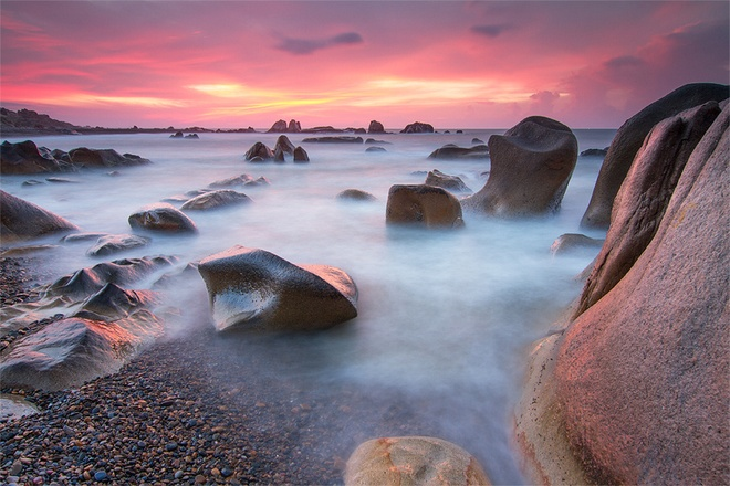 """Ngoài ra ở Phan Thiết – Bình Thuận còn rất nhiều danh lam thắng cảnh biển hấp dẫn, như Bãi Rạng – bãi biển đẹp nhất của Phan Thiết với làn nước trong vắt và những rừng dừa dày đặc. Biển Đồi Dương, Hòn Rơm, Hòn Ghềnh, đảo Hòn Bà, đảo Phú Quý, gành Son… cũng là những địa danh làm say lòng bao du khách, tuy nhiên nếu đến Phan Thiết mà bạn không ghé thăm và chiêm ngưỡng bãi đá Cổ Thạch thì quả là điều đáng tiếc nhất. Cổ Thạch là bãi đá bảy màu nằm trong khu du lịch Cổ Thạch, đã được sách kỷ lục Việt Nam ghi nhận là """"bãi đá có hình dạng, màu sắc nhiều nhất tại Việt Nam"""". Ảnh: Dulichvietnam."""