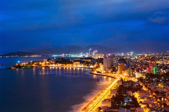 """Thành phố Nha Trang. Tp Nha Trang là một trong những thành phố biển nổi tiếng nhất của Việt Nam, """"trái tim"""" của tỉnh Khánh Hòa. Thành phố được mệnh danh là hòn ngọc của biển Đông, viên ngọc xanh, bởi giá trị thiên nhiên, sắc đẹp cũng như khí hậu của nó. Tới tham quan chiêm ngưỡng bãi biển tuyệt đẹp của Nha Trang từ lâu đã là niềm ao ước của không chỉ người Việt Nam, mà còn của nhiều du khách trên khắp thế giới. Ảnh: Skytour."""