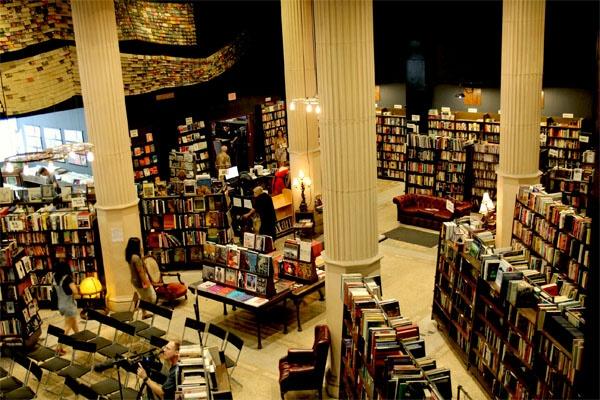 Hiệu sách Cuối Cùng, Los Angeles, Mỹ: Nơi đây từng là một ngân hàng. Ngày nay, sách được chất khắp nơi, cả dưới tầng hầm. Chủ hiệu sách cho biết họ có khoảng 200.000 cuốn sách. Hiệu sách này như một tòa lâu đài cổ kính được dựng bằng những cuốn sách cổ xưa.