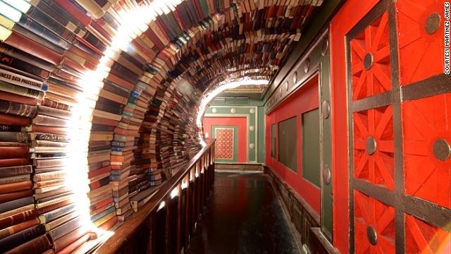 Nhà sách này nổi tiếng với nhiều độc giả vì là nơi mua bán cả sách mới và sách cũ. Nhà sách còn có một quầy cà phê và gian hàng lưu niệm. Hành lang với mái vòm sách là phông nền lý tưởng cho những du khách mê chụp hình.