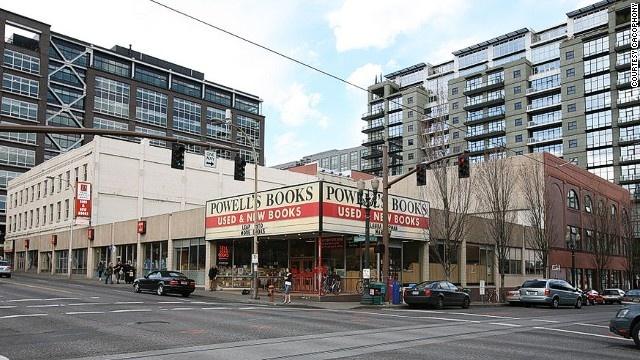 Thành phố Sách Powell, Oregon, Mỹ: Hiệu bán sách mới và cũ lớn nhất thế giới này chiếm trọn một tòa nhà ở đại lộ Burnside, thành phố Portland. Du khách phải mất 2 đến 3 ngày mới có thể tham quan hết hiệu sách nhộn nhịp này.