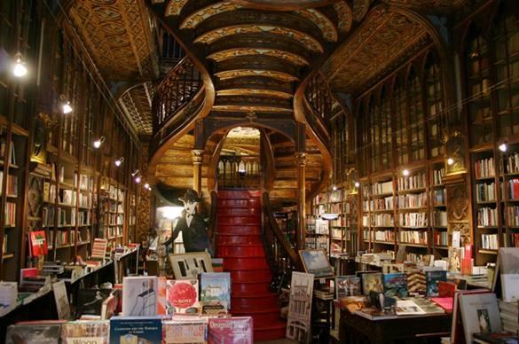 Livaria Lello, Porto, Bồ Đào Nha: Đã hơn 100 năm tuổi, cửa hàng sách Lavaria Lello trong thành phố lớn thứ hai của Bồ Đào Nha vẫn là một trong những điểm đến tuyệt vời nhất trên thế giới. Hiệu sách này là một kiệt tác do Kiến trúc sư Xavier Esteves xây dựng năm 1906. Từng được coi là hiệu sách đẹp nhất thế giới, hiệu sách có kiến trúc thời Tân cổ với cầu thang xoáy, trần nhà giả gỗ làm bằng bê tông.  Ngoài ra, hiệu sách gây chú ý bởi những quyển sách được bọc đá quý xung quanh, những chiếc kệ sách thiết kế theo phong cách kiến trúc Neo-Gothic và những tấm chạm khắc nổi bật minh họa văn học Bồ Đào Nha.