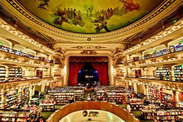 Libreria El Ateneo Grand Splendid, Buenos Aires, Argentina: Đúng như cái tên của nó, Libreria El Ateneo Grand Splendid là một trong những hiệu sách vĩ đại nhất tại thủ đô Buenos Aires. Hiệu sách chiếm dụng không gian một nhà hát từ thập niên 20 và giữ lại phần nội thất lộng lẫy của các khán phòng, giữ nguyên các ban công, những trần nhà được sơn vẽ, nhiều tác phẩm điêu khắc tỉ mỉ và bức màn sân khấu đỏ thẫm. El Ateneo Grand Splendid còn có một tiệm cà phê ấm cúng ngay giữa sân khấu, nơi du khách có thể vừa đọc sách vừa thưởng thức đồ uống yêu thích.