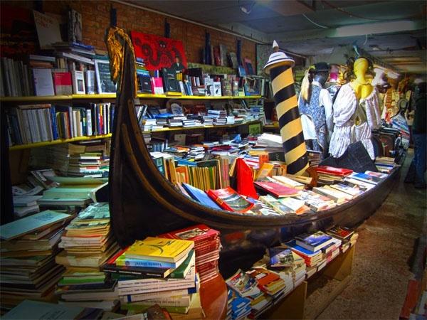Libreria Acqua Alta, Venice, Italy: Hiệu sách này dễ dàng là một trong những nơi đáng nhớ nhất ở Venice. Bản thân nó là một cửa tiệm nhỏ, chứa đầy sách trong những chiếc thuyền gondola đáy bằng, bồn tắm và những chiếc thuyền nhỏ. Bạn có thể vừa đọc vừa nhúng chân vào kênh đào mát rượi, hay trèo lên những bậc thang được làm hoàn toàn từ những quyển sách cũ.