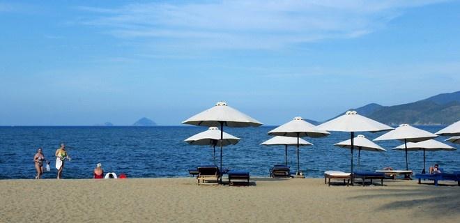 Du lich Nha Trang vui ve, an toan va re hinh anh 1 Tắm biển, lựa chọn số 1 của khách du lịch khi đến Nha Trang. Ảnh: Văn Thành Châu.