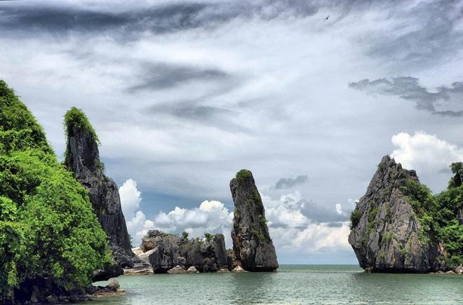 5 diem du lich ai cung muon toi o Kien Giang hinh anh 8 Hòn Phụ Tử từ lâu đã cuốn hút rất nhiều du khách khi đến với Hà Tiên, nó mang một vẻ đẹp tự nhiên của tạo hóa, còn mang cả bề dày của lịch sử. Phóng tầm mắt từ chùa Hang, bạn sẽ bị hút hồn bởi một vẻ đẹp của hòn Phụ Tử nơi trời Nam này. Đến với hòn Phụ Tử, không những tận hưởng được vẻ đẹp của thiên nhiên mà bạn có cơ hội giao lưu với văn hóa người Khmer, thưởng thức những đặc sản nơi vùng biển.  Ảnh: Hlongphngam.