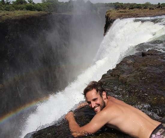 Nhung trai nghiem du lich ban nen thu mot lan trong doi hinh anh 1 Bơi trong hồ bơi của Quỷ ở châu Phi. Ảnh: Popsugar.