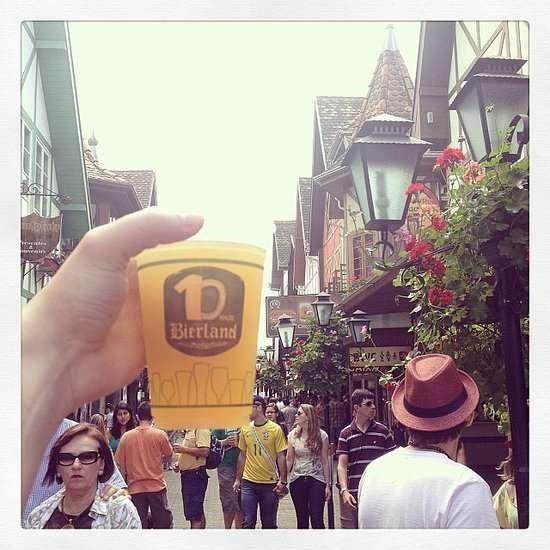 Nhung trai nghiem du lich ban nen thu mot lan trong doi hinh anh 18 Uống bia ở Lễ hội Oktoberfest, Đức. Ảnh: Popsugar.