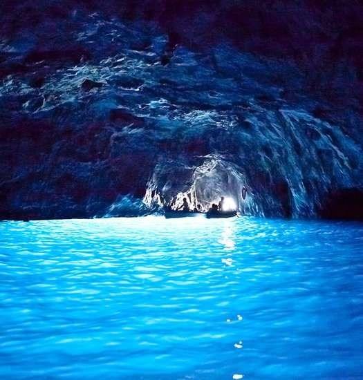 Nhung trai nghiem du lich ban nen thu mot lan trong doi hinh anh 3 Bơi trong hang động Blue Grotto. Ảnh: Corbis Images.