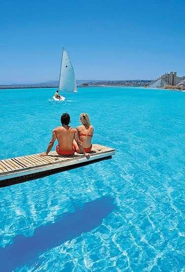 Nhung trai nghiem du lich ban nen thu mot lan trong doi hinh anh 5 Bơi trong bể bơi rộng nhất thế giới trong khu nghỉ dưỡng San Alfonso del Mar resort ở Chile. Ảnh: Popsugar.