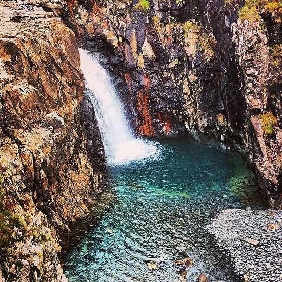 Nhung trai nghiem du lich ban nen thu mot lan trong doi hinh anh 9 Tắm ở bể bơi cổ tích tại Scotland. Ảnh: Popsugar.