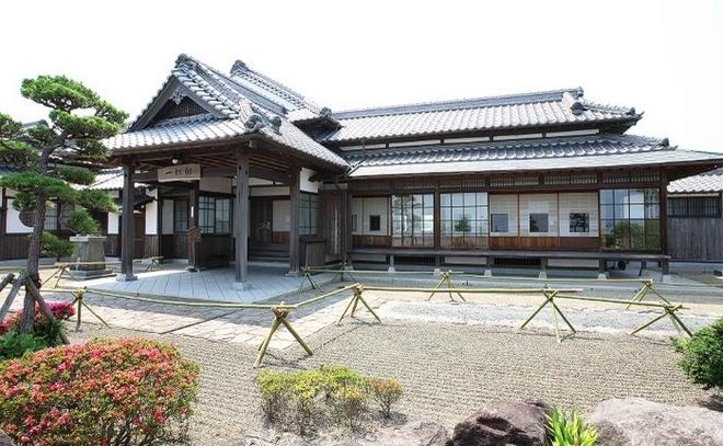 Nhung ngoi lang samurai bi an cua Nhat Ban hinh anh 10 Dinh thự Hitotsumatsu bên trong thị trấn, đây từng là nhà ở của Hitotsumatsu Sadayoshi, cựu thành viên quốc hội của Nhật Bản. Dinh thự được xây dựng vào năm 1929, với các thiết kế kết hợp giữa 2 triều đại Edo và Showa.