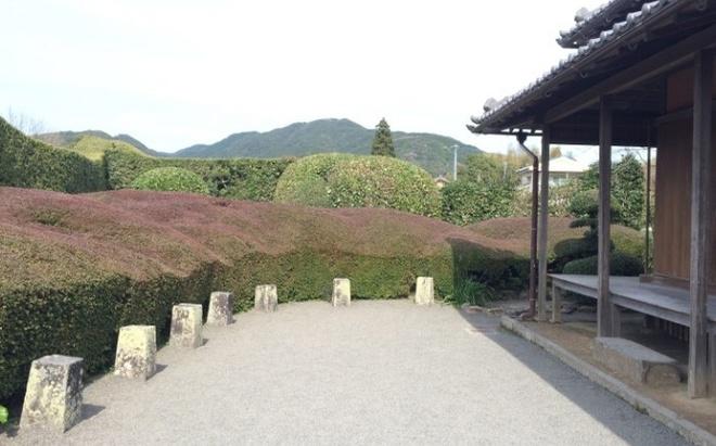 Nhung ngoi lang samurai bi an cua Nhat Ban hinh anh 4 Dinh thự Hirayama Ryoichi bên trong Chiran là nơi duy nhất sử dụng đá để thay thế cây cối, tại các dinh thự khác cây cối được tỉa tót cho giống với hình dạng của một dãy núi có ba đỉnh núi.