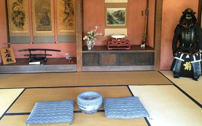 Nhung ngoi lang samurai bi an cua Nhat Ban hinh anh 6 Dinh thự Saisho là dinh thự cổ nhất trong số 3 dinh thự mở cửa cho khách tham quan tại Izumi – Fumoto. Trong ảnh là phòng ngủ của một samurai, anh ta sẽ luôn ngủ với thanh kiếm của mình ở gần đó.