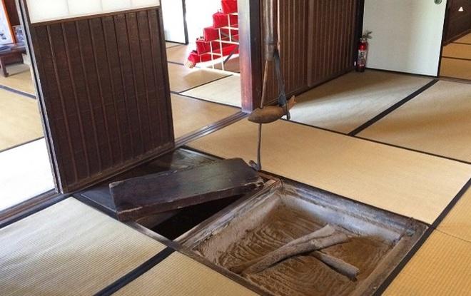 Nhung ngoi lang samurai bi an cua Nhat Ban hinh anh 7 Bên dưới sàn nhà của dinh thự Saisho còn có một đường hầm bí mật, nơi gia tộc Saisho tổ chức các cuộc họp. Người hướng dẫn viên đã thử bước vào đường hầm cho du khách thấy chiều sâu và chiều cao của đường hầm vừa vặn để một người đàn ông lọt qua.