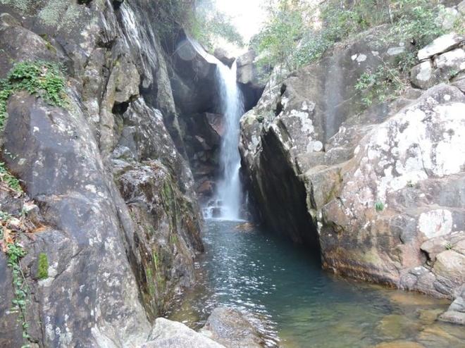 Benh bong suoi Tien hinh anh 1 Phong cảnh hữu tình của một trong 13 ngọn suối trắng ngần. Ảnh: T.LY.