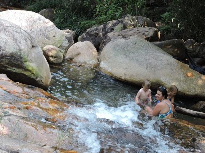 Benh bong suoi Tien hinh anh 3 Du khách nước ngoài cũng tìm đến hòa mình vào dòng thác dưới chân suối đón làn nước trong vắt. Ảnh: T.LY.