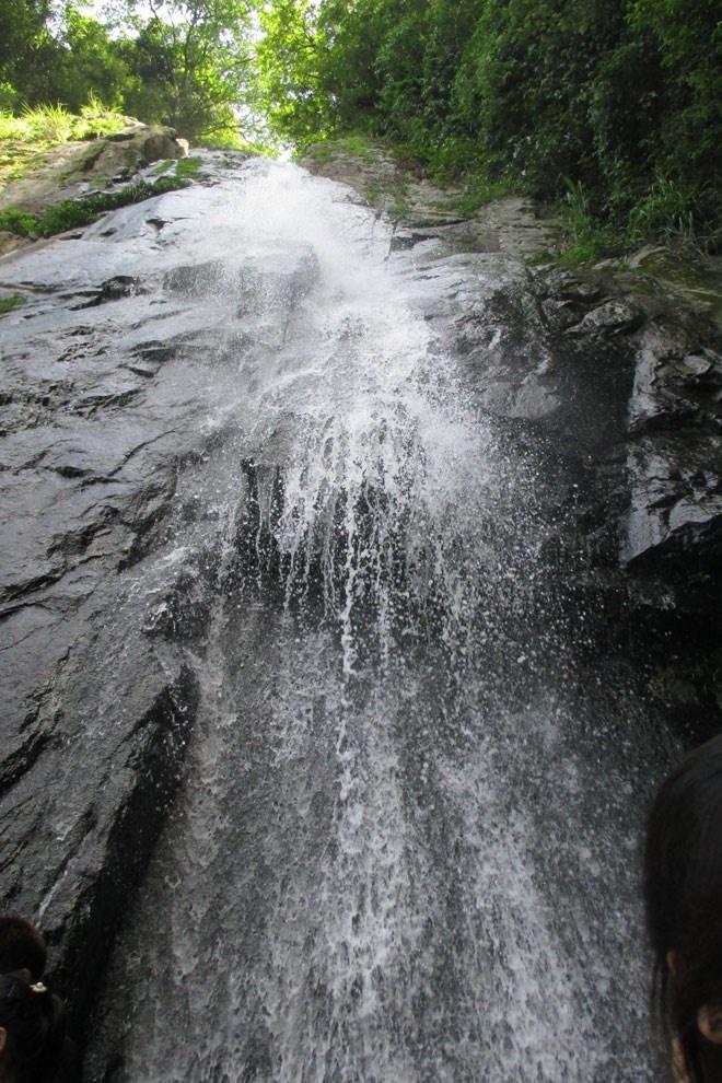 Địa điểm đầu tiên mà sau khi dừng chân tại thị trấn Tam Đảo, bạn nên ghé thăm, đó là Thác Bạc. Đi bộ dọc theo con đường mòn dốc, bạn sẽ không khỏi hứng thú khi đi từ xa đã nghe thấy tiếng thác đổ vọng lại hòa lẫn trong tiếng gió rừng vi vút.