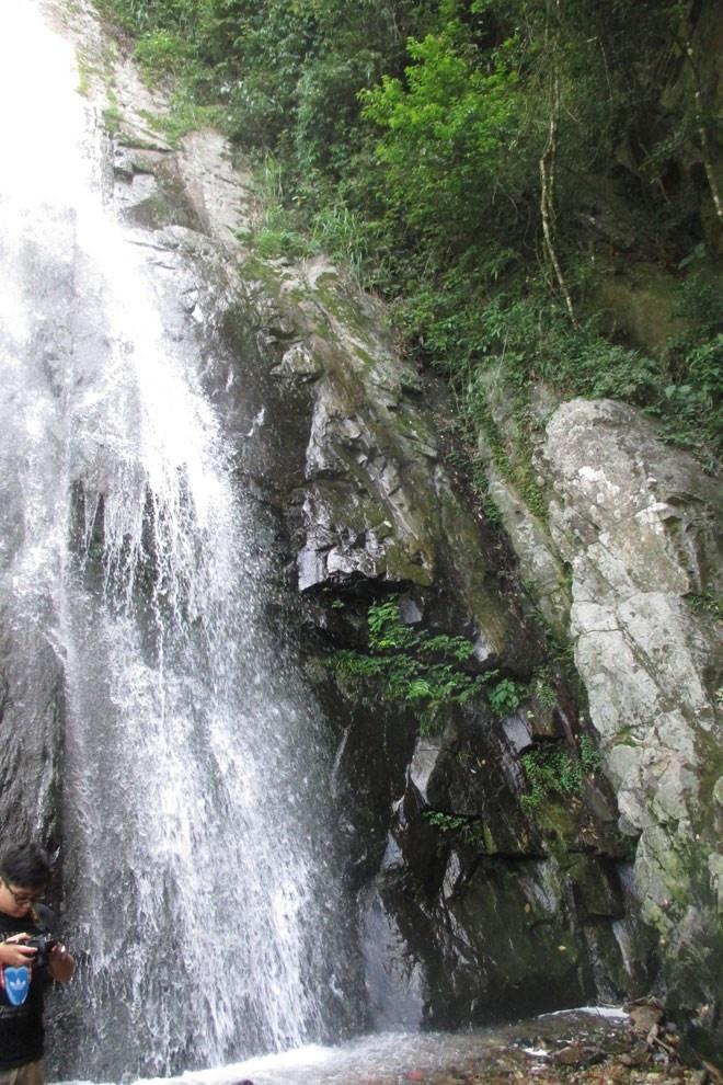 Thác Bạc dần hiện ra với dòng nước đổ từ độ cao 50m rất mạnh và bạc trắng như mái tóc của người khổng lồ Tam Đảo.