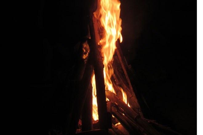 Và đêm đến, một thú vui không thể thiếu đối với các hội, nhóm du lịch là cùng bập bùng trong lửa trại với những ngô, khoai, sắn và âm nhạc. Màn đêm bao phủ toàn thung lũng cùng cái lạnh se se mang đến cho chúng ta một cảm giác lãng đãng nhưng rất gần gũi.