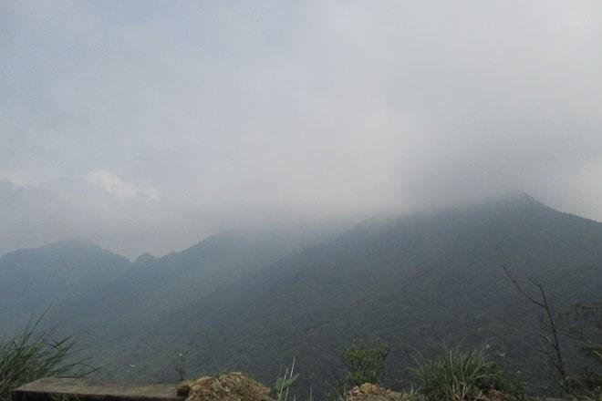 Vì đường lên 3 đỉnh khá xa nên không ít người chọn cách đứng từ xa để chiêm ngưỡng vẻ đẹp của