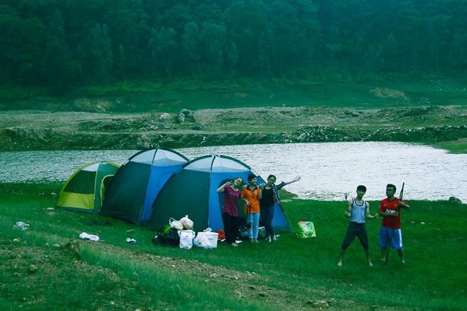 Nhung dia diem tranh nong gan Ha Noi hinh anh 7 7.Núi Hàm Lợn, Sóc Sơn, Hà Nội: Hàm Lợn thuộc dãy núi Độc Tôn, Sóc Sơn, chỉ cách Hà Nội 40 km theo hướng đại lộ Thăng Long – Nội Bài. Đây là nơi có khung cảnh núi rừng hoang sơ, những bãi cỏ trải dài xanh mướt, khiến nó trở thành một địa điểm cắm trại, trekking tuyệt vời cho những bạn trẻ. Tới đây du khách có thể lựa chọn cắm trại trên đỉnh Hàm Lợn hoặc ven hồ núi Bàu, leo núi, câu cá, hay đốt lửa trại sôi động. Tất cả các dụng cụ cắm trại, củi lửa bạn đều dễ dàng thuê tại đây với giá rẻ, buổi sáng sớm ngủ dậy có thể chiêm ngưỡng sương mù dày đặc quanh mặt hồ Núi Bàu là trải nghiệm khó quên dành cho bạn. Ảnh: Kinhtetre.net.
