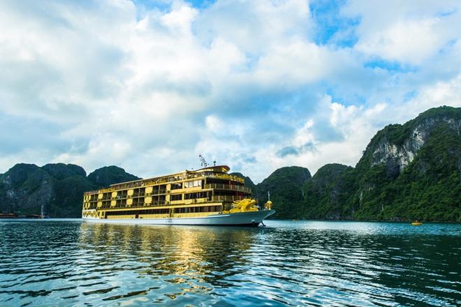 Du thuyền Golden Cruise Hạ Long: Đây là du thuyền lớn nhất phục vụ du khách trên vịnh Hạ Long, Golden Cruise mang đến cho khách hàng dịch vụ chất lượng 5 sao, bao gồm 48 phòng. Toàn bộ khung của du thuyền bằng sắt, nội thất gỗ tiêu chuẩn Châu Âu. Du thuyền còn có cầu thang máy, phòng tập thể hình, jacuzzi, phòng ngủ rộng, có ban công, khu nhà Hàng, quầy bar sang trọng đẳng cấp… rất thích hợp với những khách hàng mong muốn có một kỳ nghỉ sảng khoái sôi động. Hiện tại Golden Cruise Hạ Long chỉ khai thác tour du lịch 2 ngày 1 đêm với giá 3,3 triệu đồng mỗi người. Ảnh: Duthuyen-halong.com.