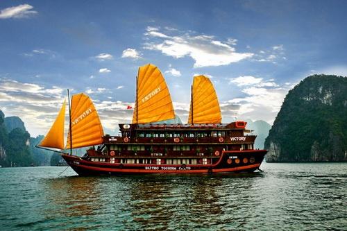 Du thuyền Valentine Hạ Long: Du thuyền thuộc công ty Indochina Sails, một trong những thương hiệu uy tín nhất phục vụ du khách trên vịnh Hạ Long, nhắm vào đối tượng các khách hàng cao cấp. Valentine Hạ Long hạ thủy từ năm 2007, với các dịch vụ tiện nghi xa xỉ, đội ngũ phục vụ tận tình chuyên nghiệp, cùng với những đầu bếp đẳng cấp có thể cung cấp những lựa chọn đa dạng của ẩm thực Việt Nam và quốc tế.  Giá tour của Valentine Hạ Long cho tour 3 ngày 2 đêm là 8,3 triệu, còn tour 2 ngày 1 đêm là 5,2 triệu đồng mỗi người. Ảnh: Dulichhalong.com.vn.