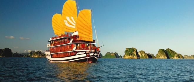 Du thuyền Bhaya Legend Hạ Long: Đây là một du thuyền được thiết kế đặc biệt sang trọng tiện nghi, mang lại cho du khách sự thoải mái riêng tư trong hành trình khám phá vẻ đẹp của vịnh Hạ Long. Điều đặc biệt là hải trình và dịch vụ trên Legend Halong có thể được thiết kế theo yêu cầu riêng của mỗi khách hàng. Hiện tại, Legend Halong khai thác 2 tour chính phục vụ du khách là tour 3 ngày 2 đêm có giá 8,1 triệu, tour 2 ngày 1 đêm có giá 4,5 triệu đồng mỗi người. Ảnh: Dulichhalong.com.vn.