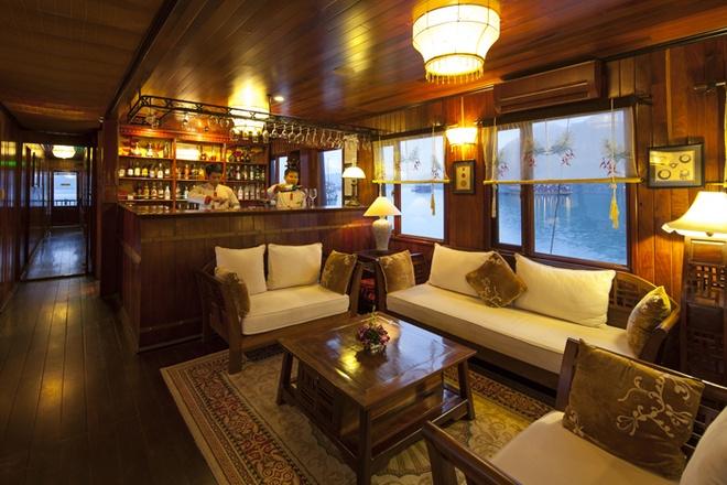 Du thuyền Hạ Long Ginger: Hạ thủy lần đầu tiên vào năm 2006, du thuyền Hạ Long Ginger là sự kết hợp của vẻ đẹp cổ điển trong kiến trúc Phương Đông và vẻ hiện đại của kiến trúc Phương Tây. Du thuyền với tiêu chuẩn như khách sạn 5 sao, nhà hàng sang trọng, quầy bar, thư viện, … sẽ làm cho kỳ nghỉ của bạn trở nên thực sự hoàn hảo. Giá cho một chuyến tham quan trên Hạ Long Ginger cũng không quá cao, giá tour 3 ngày 2 đêm là 7,4 triệu, tour 2 ngày 1 đêm là 4,3 triệu đồng. Ảnh: Duthuyen-halong.com.