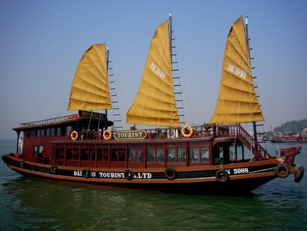 Du thuyền Victory Star Private: Đây là lựa chọn hoàn hảo cho kỳ nghỉ của bạn bên gia đình, Victory Star Private cung cấp chất lượng dịch vụ hoàn hảo trên du thuyền cao cấp chỉ có 2 phòng ngủ với trang thiết bị hiện đại, rất thích hợp cho hộ gia đình từ 4 – 6 người. Du thuyền có đầy đủ tiện nghi sang trọng, đội ngũ phục vụ chuyên nghiệp, và đặc biệt là sự riêng tư dành cho khách hàng mà không phải du thuyền cao cấp nào cũng có được. Giá cho tour 3 ngày 2 đêm tại Victory Star Private là 6,9 triệu, còn tour 2 ngày 1 đêm là 3,3 triệu đồng mỗi người. Ảnh: Duthuyenhalong.com.vn.